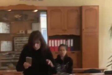 """Восьмикласник бризнув """"перцівкою"""" в обличчя вчителю: кадри НП в Одеській школі"""