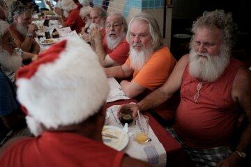 Сказка: Санта-Клаусы всего мира слетелись в один город (фото)
