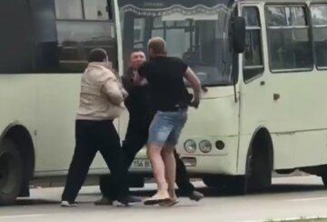 """В Киеве водители маршруток устроили драку, видео потасовки: """"Не поделили остановку"""""""