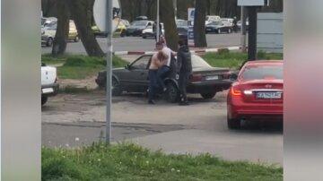 В Одессе таксисты подрались посреди улицы: видео разлетелось по сети