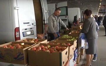 """600-700 грн/кг: на украинских рынках людям продают """"золотые"""" ягоды, и это не предел"""