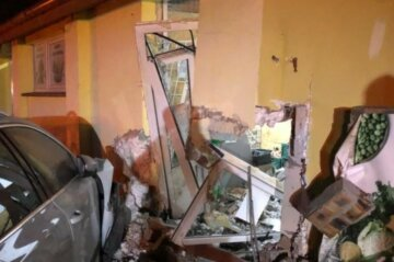 П'яний українець на повному ходу влетів у супермаркет: кадри страшної аварії