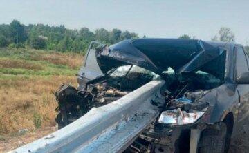 Авто влетело в отбойник, конструкция прошла через салон: детали и фото трагического ДТП