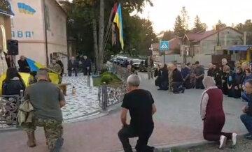 """""""Серце розривається від болю"""": українці в сльозах і на колінах попрощалися з героєм, кадри"""