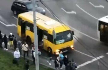 Дымящаяся маршрутка пронеслась Киевом, люди в спешке выскакивали из салона:  кадры с места