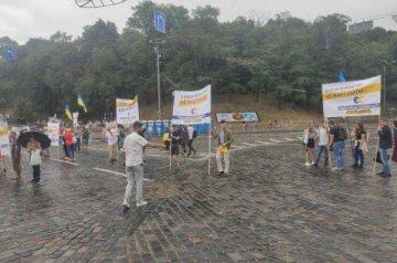 Україна не продається: обурені люди виступили проти Порошенка та проплаченого мітингу під час Маршу захисників в Києві
