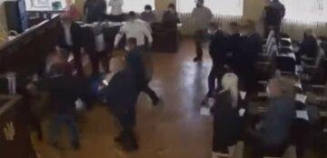 Мэра повалили на пол: массовая драка между депутатами вспыхнула в горсовете, видео бойни