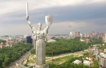 """У Києві зібралися декомунізувати """"Батьківщину-матір"""" і міст Патона, названі терміни: """"Раніше було не до цього"""""""
