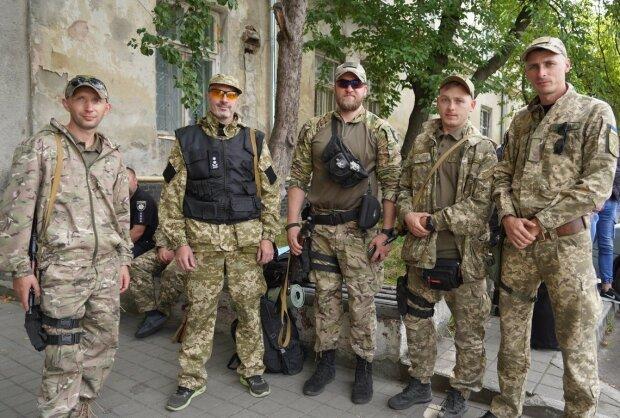 """""""Служили ради будущего детей"""": отряд полицейских вернулся после боев на Донбассе, трогательные кадры"""