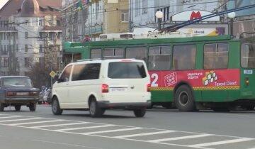 Нестандартная защита от вируса в троллейбусе насмешила харьковчан: красноречивое фото