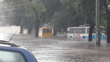 Водопад образовался посреди жилого дома в Одессе: в сети показали последствия потопа