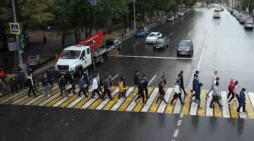 """Світлофор урочисто відкрили в РФ, відео: """"дорогу можна переходити спокійно"""""""