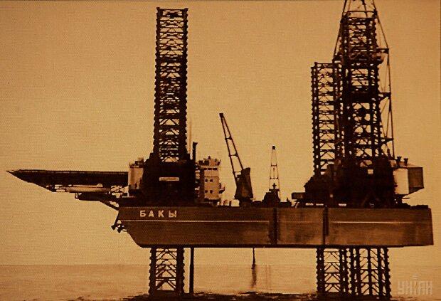 УНИАН нефтяная платформа черно-белое фото нефть море