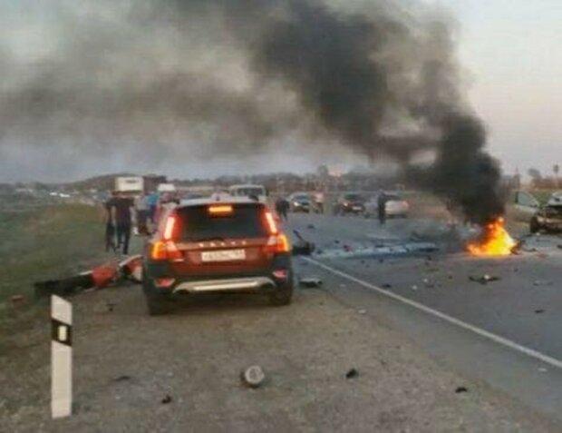 """""""Ехали семьей"""": появились кадры трагического ДТП под Одессой, авто отбросило на знак"""