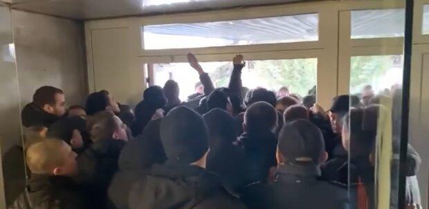 Захват мэрии Львова: штурм сняли на видео, в городе паника и вызывают спецназ