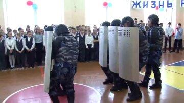 """Российским детям показали их будущее при Путине: """"либо ОМОН, либо..."""""""