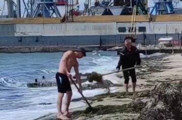 """Українців насмішило прибирання узбережжя Азовського моря, відео конфузу: """"Вони так годують морського царя"""""""
