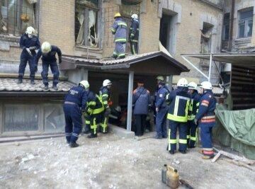 Из-под завалов рухнувшего в центре Киева дома достали тело погибшего (фото)