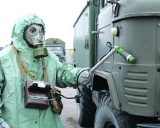 экологическая катастрофа люди в защитных костюмах