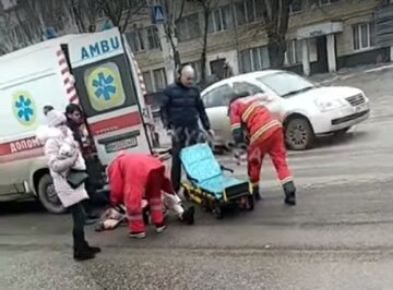 """В Одессе водитель иномарки снес молоденьку девушку на """"зебре"""", видео ДТП: """"медики примчались и ..."""""""