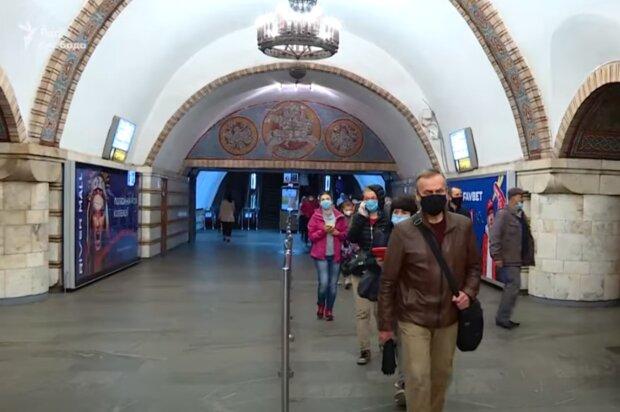 Киевлянин пожарил еду во время поездки в метро: случай сняли на видео