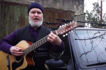 """Український священик написав пісню про бездоріжжя і прославився в мережі, відео: """"Слідом за воронкою знову яма"""""""