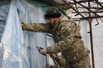 Как украинские военные восстанавливают разрушенные боевиками дома (фото)