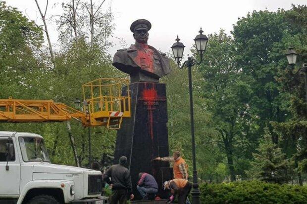"""У Харкові """"народні месники"""" споганили пам'ятник Жукову: кадри наслідків"""
