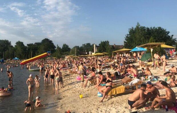 Відпочивальники перетворили улюблений пляж харків'ян на свинарник, кадри: «Прибирати нікому»