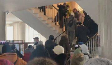"""""""Если депутаты не понимают"""": люди взбунтовались и штурмуют облсовет в Житомире, видео с места событий"""
