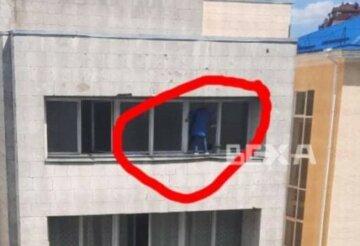 Харьковчанка ради чистоты едва не выпала из окна: жуткие кадры