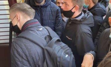 У Харкові натовпи штурмують військкомат, люди скаржаться на свавілля: кадри з місця подій