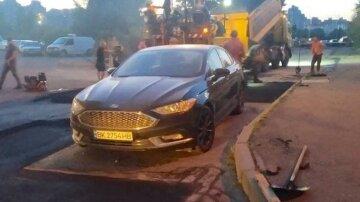 """Чекали 4 дні"": комунальники поклали асфальт навколо припаркованого авто в Києві"