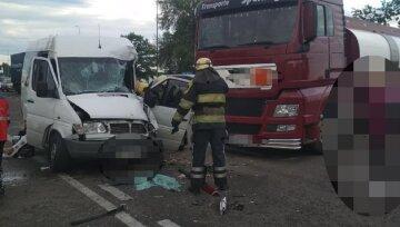 Маршрутка влетела в бензовоз на трассе Киев-Одесса: первые кадры масштабной аварии