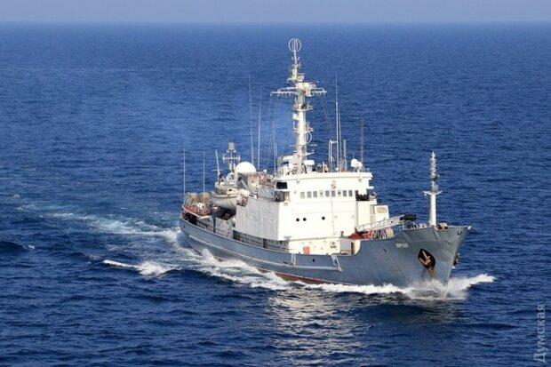 Роковой овценосец: русский корабль тонет под смех украинцев и гимн РФ (видео)