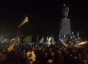 Харьковчане митингуют возле памятника Шевченко в кромешной тьме (фото)