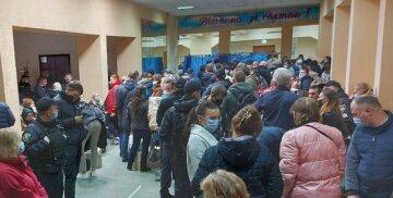 Беспредел в избиркоме Харькова: людей собралось огромное количество, фото