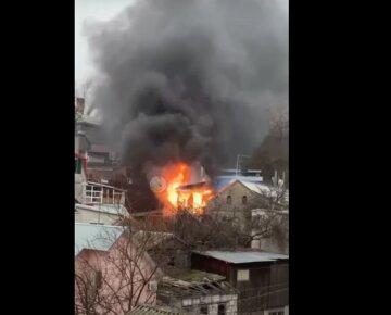 Пожар разгорелся на побережье в Одессе, столб огня и черный дым видны издалека: видео ЧП