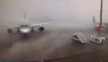 """Пассажирские самолеты столкнулись в аэропорту столицы: """"развернуло на 90 градусов и..."""", кадры масштабного ЧП"""