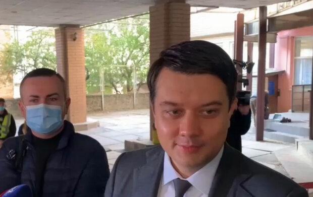 """""""Мне есть чем заняться"""": Разумков с улыбкой продинамил скандальные пять вопросов Зеленского"""