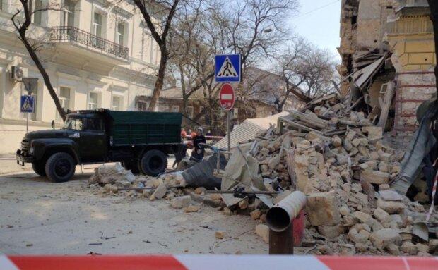 В центре Одессы обрушился жилой дом, началась эвакуация: кадры с места ЧП