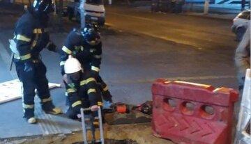 Молодий одесит провалився в яму посеред тротуару, фото: рятувальники зробили все можливе