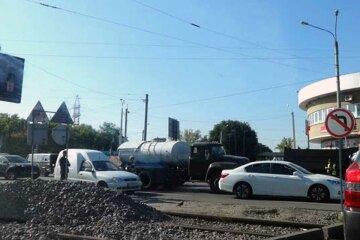 """Фонтана не хватает"": состояние дороги возле метро в Харькове показали во всей красе, фото"