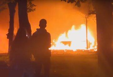 Пожежа спалахнула на дитячому атракціоні, стовп чорного диму було видно за кілька кварталів: кадри НП