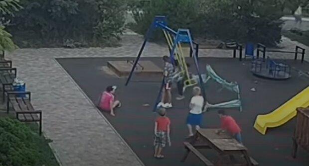 """В Одесі дитина впала в кому після гри на дитячому майданчику, відео: """"натрапила на штир і розірвала..."""""""