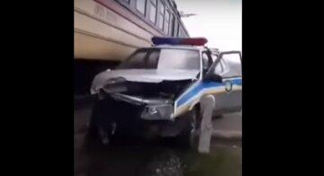 Потяг протаранив поліцейське авто під Дніпром: відео страшної аварії