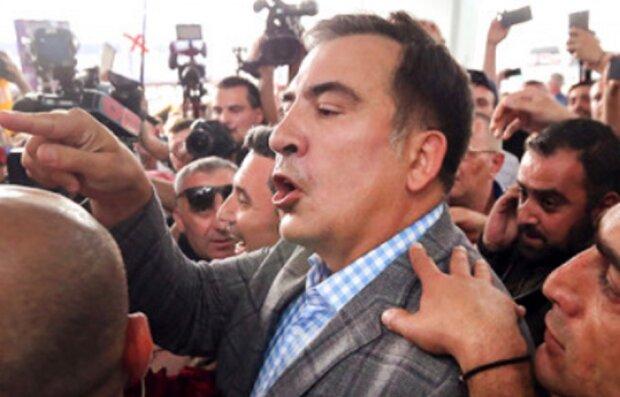 """На Саакашвили напали в столице, момент атаки попал на камеру: """"приезд нежелателен"""""""
