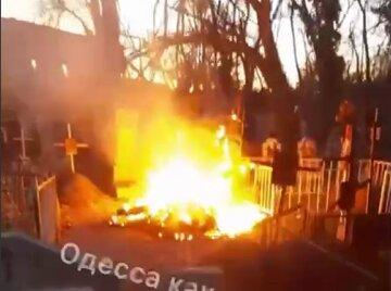 """Вандалы устроили пожар на одесском кладбище, видео ЧП: """"обгорели ограды и ..."""""""