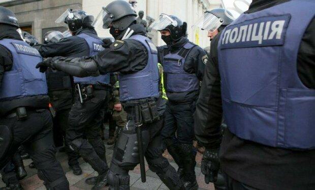 Гроб с окровавленным трупом принесли под Раду, стянута полиция: скандальные кадры бунта