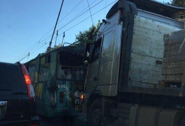Водій на фурі протаранив тролейбус в Одесі: що відомо на даний момент